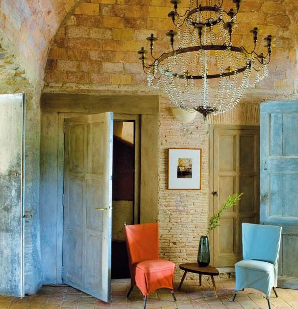 du foteliai, dvi durys,plytu siena