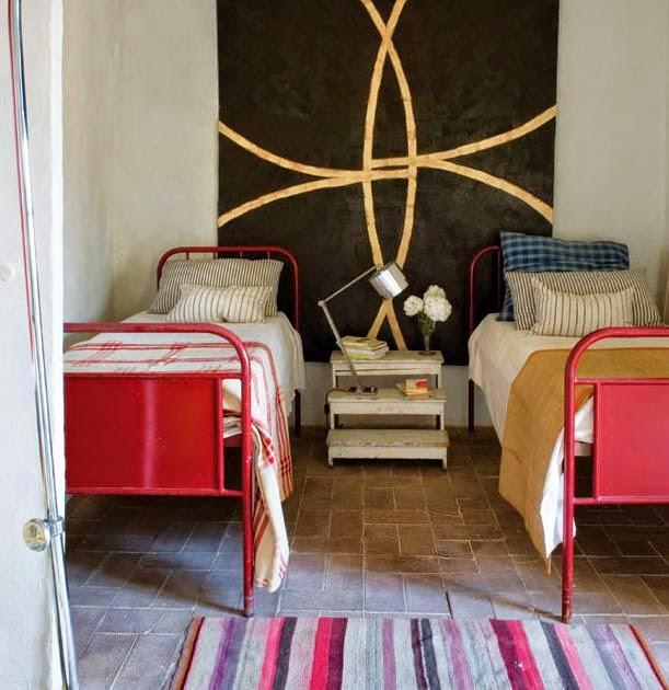 dvi raudonos lovos, medine dekoracija ant sienos