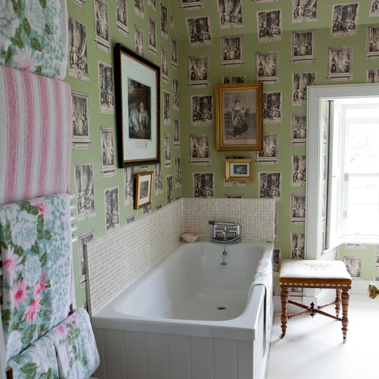 eklektiski tapetai vonioje