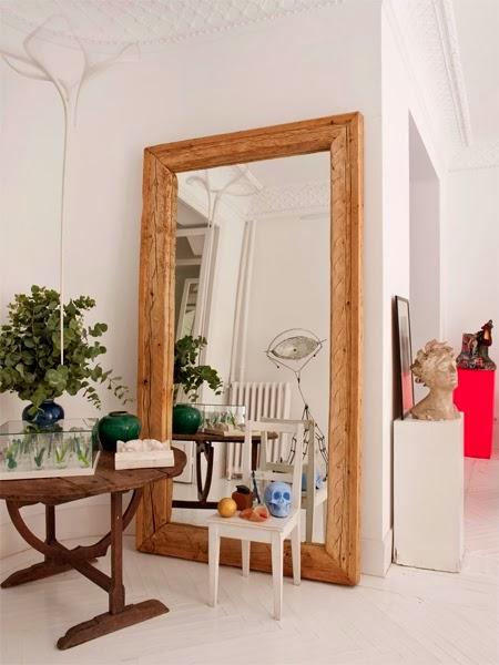 didelis veidrodis ant grindu