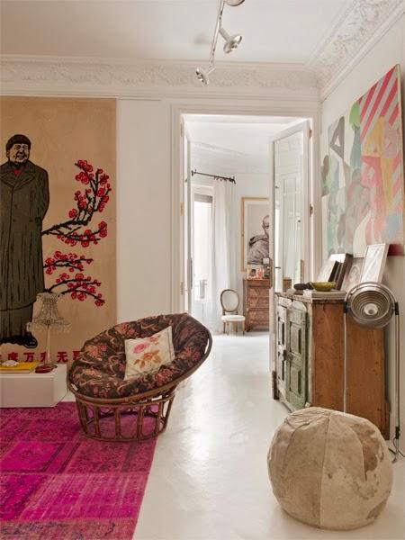 fotelis pufas paveikslas kambaryje