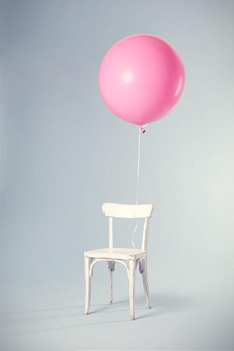 balta kede rausvas balionas