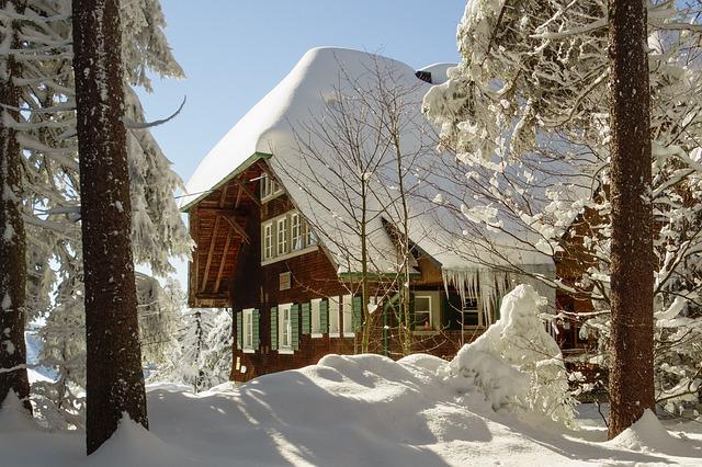 namas ziema sniegas
